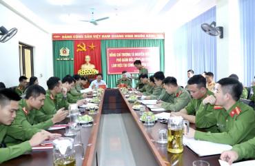Thượng tá Nguyễn Hữu Thiên - Phó Giám đốc Công an tỉnh làm việc tại Công an huyện Kỳ Anh