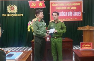 Phó Giám đốc Công an tỉnh thưởng nóng lực lượng đang trực tiếp cấp căn cước công dân tại Cẩm Xuyên