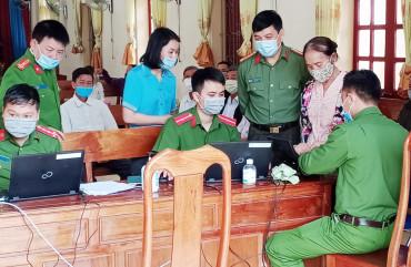 Đồng chí Giám đốc Công an tỉnh kiểm tra tiến độ cấp thẻ căn cước công dân tại Công an Vũ Quang.