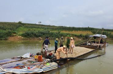 Bắt giữ thuyền sắt khai thác cát trái phép trên sông Rào Nổ