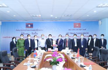 Trao tặng sách Lịch sử chuyên gia Công an Việt Nam tại Lào