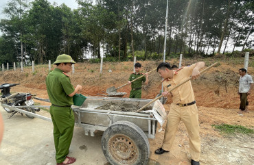 Công an  Hương Sơn giúp dân xây dựng nông thôn mới kiểu mẫu