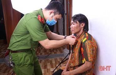 Khắc phục khó khăn, nỗ lực làm căn cước công dân cho người dân Hương Khê
