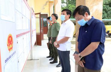 Đại tá Lê Khắc Thuyết – Giám đốc Công an tỉnh kiểm tra công tác chuẩn bị bầu cử tại xã Hương Lâm