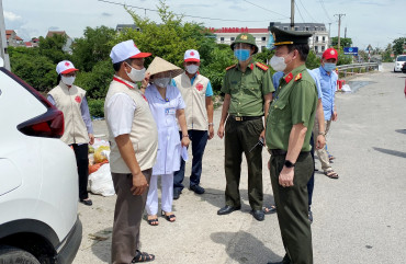 Giám đốc Caritas,  Giáo phận Hà Tĩnh gửi nhiều phần quà đến y, bác sĩ trên tuyến đầu chống dịch