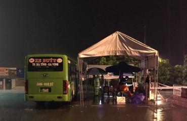 Dùng xe buýt làm điểm trú trực chốt trước mưa lớn kéo dài