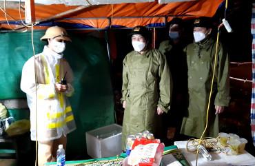 Giám đốc công an tỉnh kiểm tra, động viên cán bộ chiên sỹ thực hiện nhiệm vụ trực chốt trong mưa bão