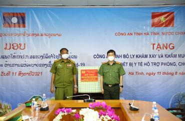 Công an Hà Tĩnh tặng trang thiết bị y tế cho Công an tỉnh Bô Ly Khăm xay và Khăm muồn