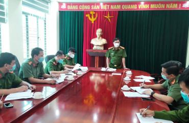 Đại tá Đặng Hoài Sơn - Phó Giám đốc Công an tỉnh chỉ đạo công tác truy vết và đảm bảo ANTT tại các vùng phong tỏa trên địa bàn Nghi Xuân, Hồng Lĩnh