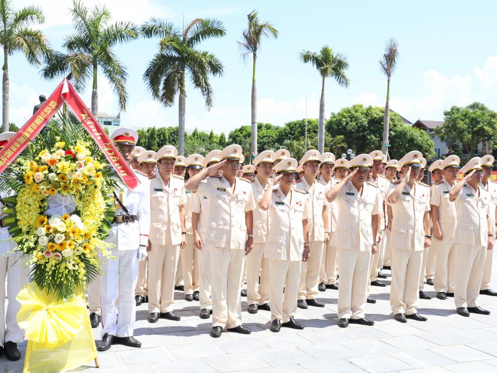 Đoàn đại biểu dâng hoa trước Nhà tưởng niệm Bác Hồ