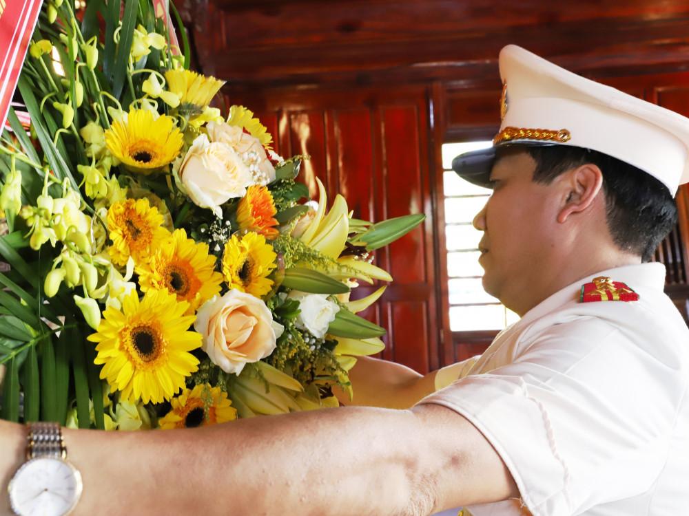 Thay mặt đoàn đại biểu Đại tá Lê Khắc Thuyết - Bí thư Đảng ủy, Giám đốc Công an tỉnh dâng hoa tại Nhà tưởng niệm Bác Hồ