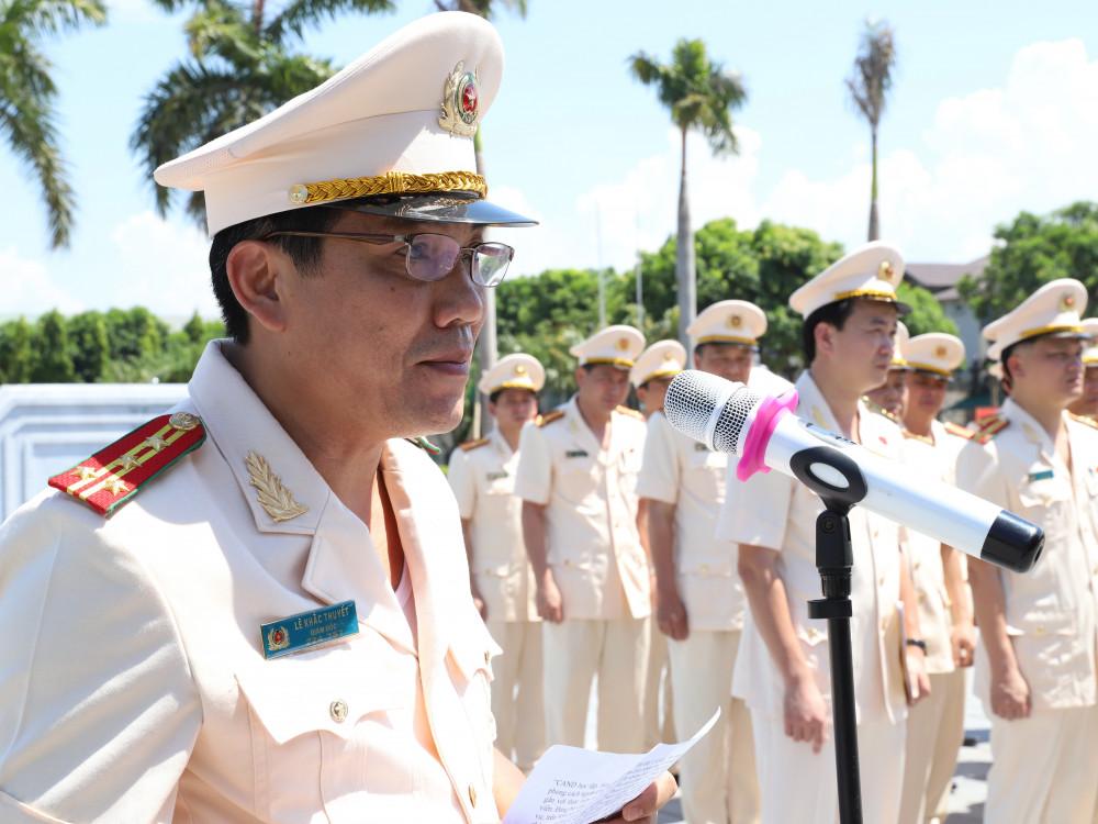 Đại tá Lê Khắc Thuyết - Bí thư Đảng ủy, Giám đốc Công an tỉnh báo công với Bác